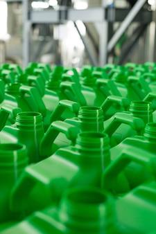 Latas de plástico vazias de cor verde para líquidos.