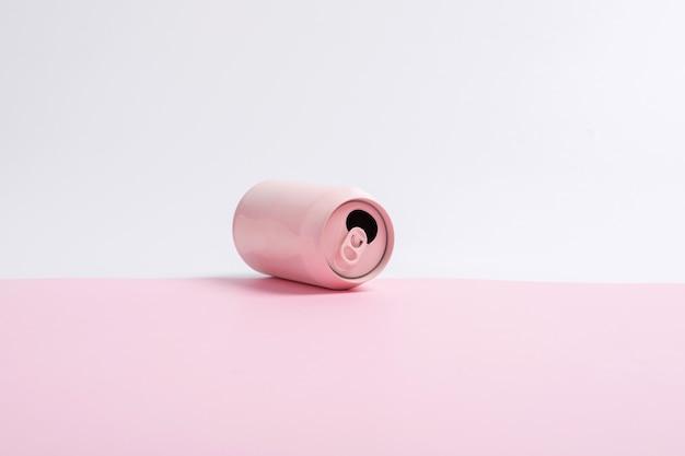 Latas de refrigerante rosa isoladas