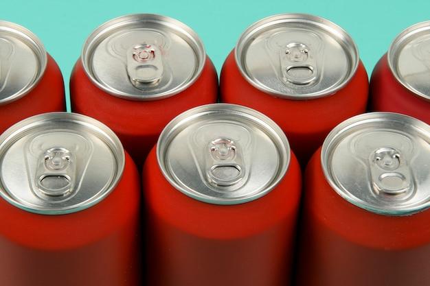 Latas de refrigerante vermelhas alinhadas vistas de cima
