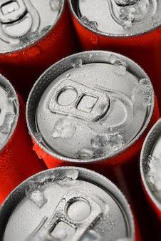 Latas de refrigerante vermelho