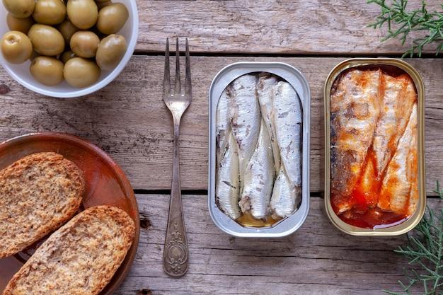 Latas de sardinha, azeitona e limão