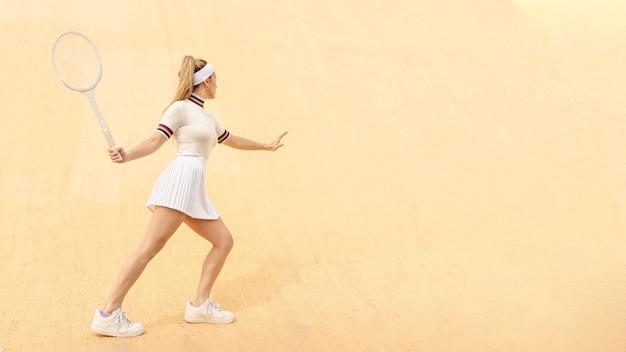 Lateral batendo na posição de jogador de tênis de bola
