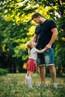 Lateral, filha, abraçando, seu, pai