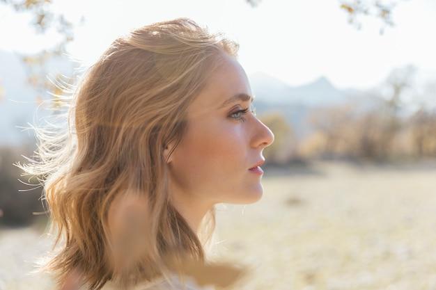 Lateral, perfil, mulher, olhar fixamente, lateralmente