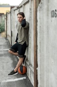 Lateralmente, jogador urbano basquetebol, posar