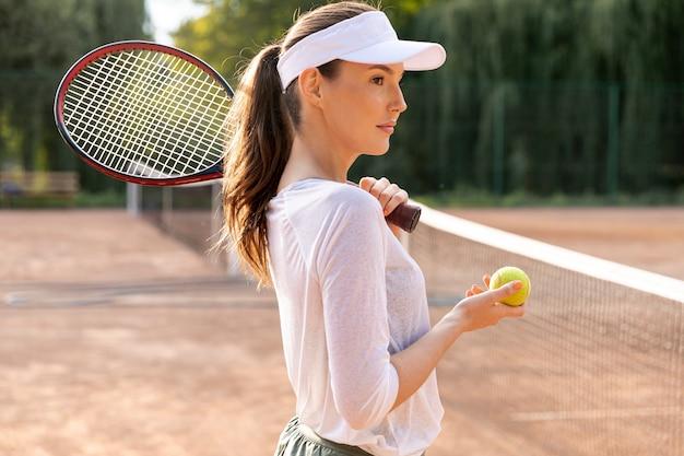Lateralmente, mulher, jogando tênis