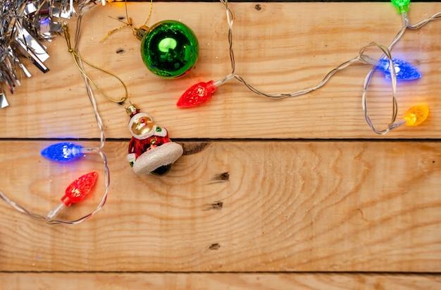 Latitude plana de decorações de natal em uma textura de madeira