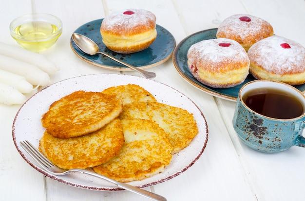 Latkes tradicionais de panquecas de batata e rosquinhas