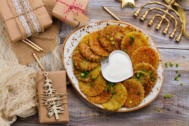 Latkes tradicionais do prato de hanukkah