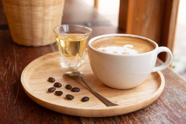 Latte art em um copo branco