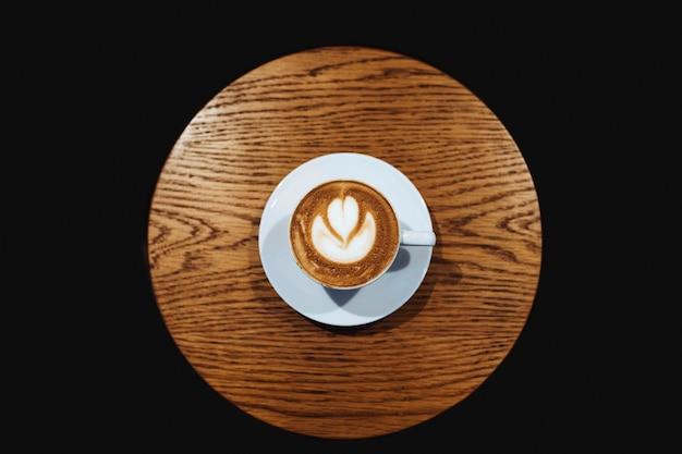 Latte art em vetor de mesa de madeira