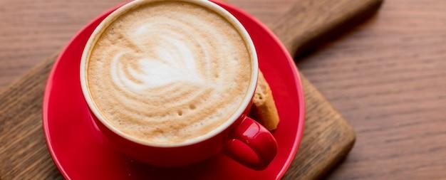 Latte art, vista lateral do café quente isolado.