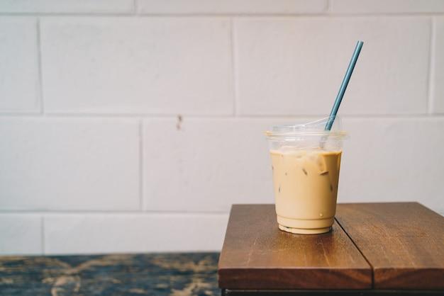 Latte café em madeira de vidro take away na mesa