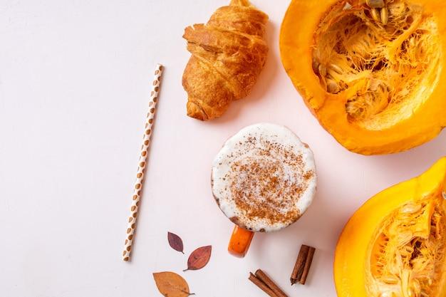 Latte de abóbora especiarias ou café na caneca. bebida quente de outono e inverno sobre um fundo claro.