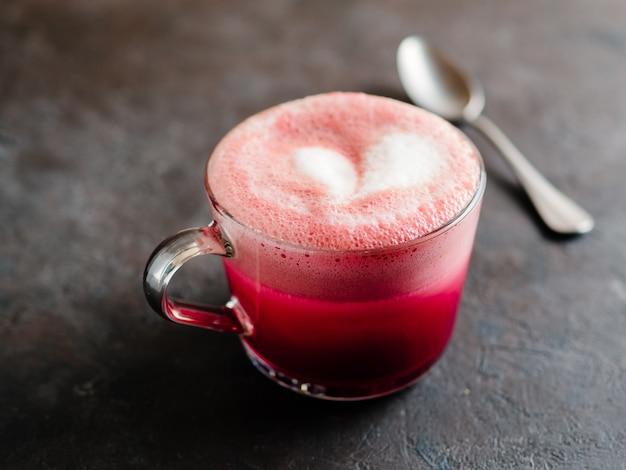 Latte de beterraba rosa ou latte de veludo vermelho