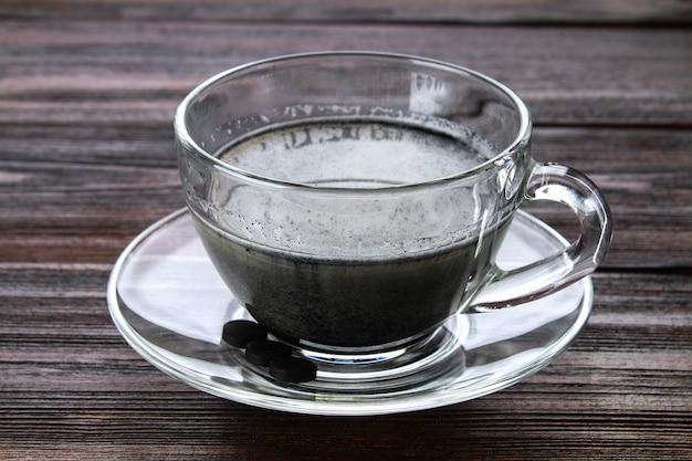 Latte de carvão. cappuccino preto. café preto com carvão ativado.