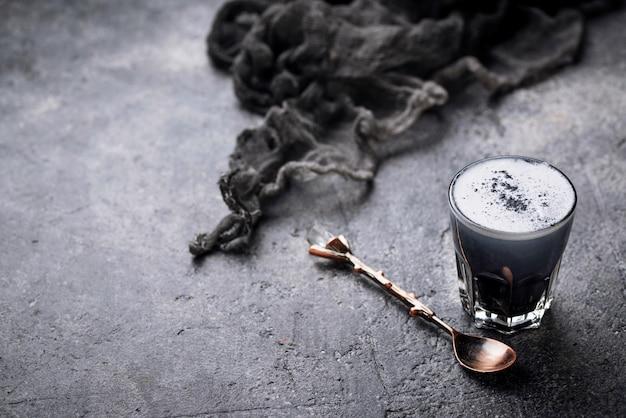 Latte de carvão preto. bebida de desintoxicação.