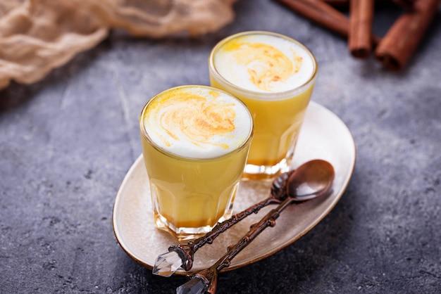 Latte de cúrcuma desintoxicação saudável. leite dourado.