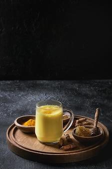 Latte de leite dourado de cúrcuma