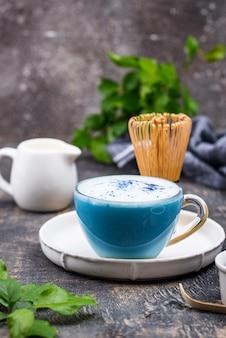Latte matcha azul com leite