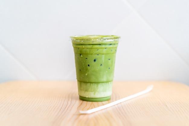 Latte matcha gelado chávena de chá verde