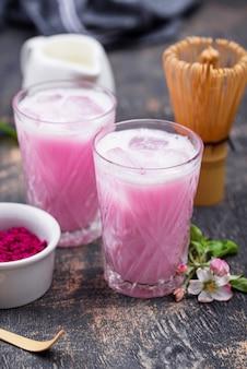 Latte matcha gelado com leite rosa