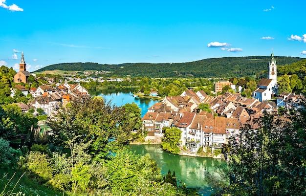 Laufenburg, uma cidade fronteiriça no rio reno entre a suíça e a alemanha