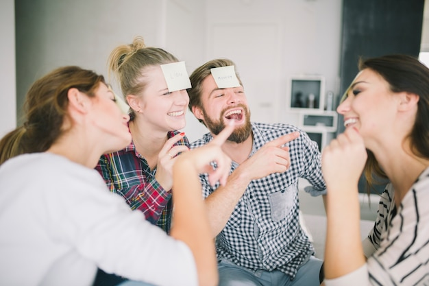 Laughing amigos jogando jogo com adesivos