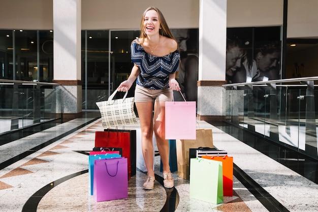 Laughing girl com compras
