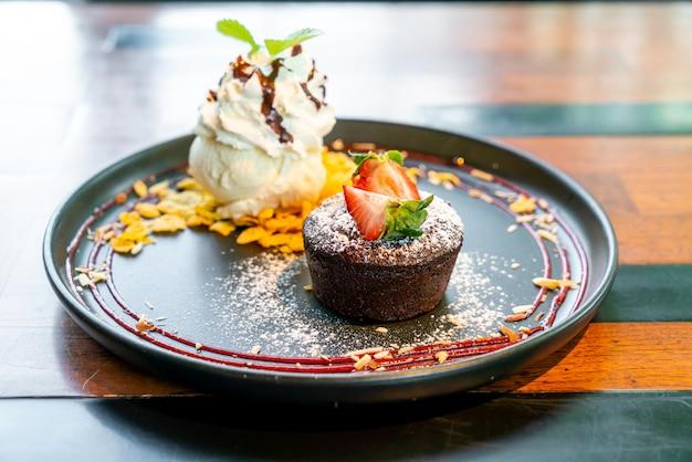 Lava de bolo de chocolate com sorvete de morango e baunilha na chapa preta