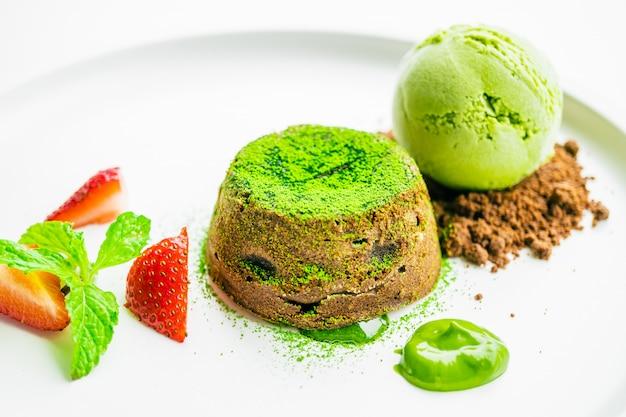 Lava de chocolate de chá verde com sorvete e morango