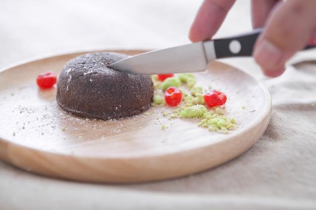 Lava de chocolate na placa de madeira