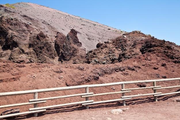 Lava vulcânica fria na cratera do vesúvio - nápoles - itália