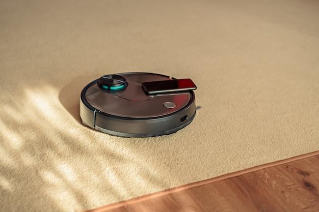 Lavadora de piso robótica, aspirador de pó robótico em carpete e laminado, conceito de limpeza inteligente