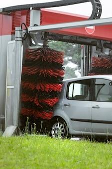 Lavagem automática com escova automática o processo de lavagem do automóvel
