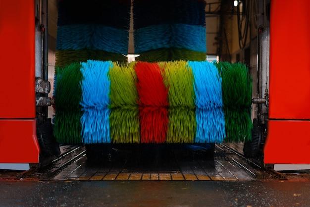 Lavagem automática com escova colorida, ninguém. serviço ou empresa de limpeza de veículos, posto de lavagem expresso
