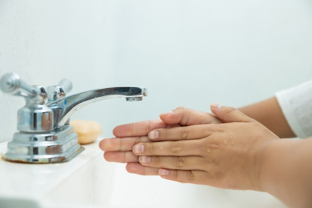 Lavagem correta das mãos para evitar covid-19 ou gripe