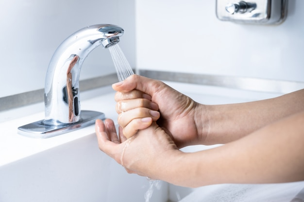 Lavagem da mão do homem
