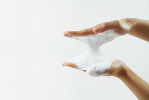 Lavagem das mãos com espuma de sabão.