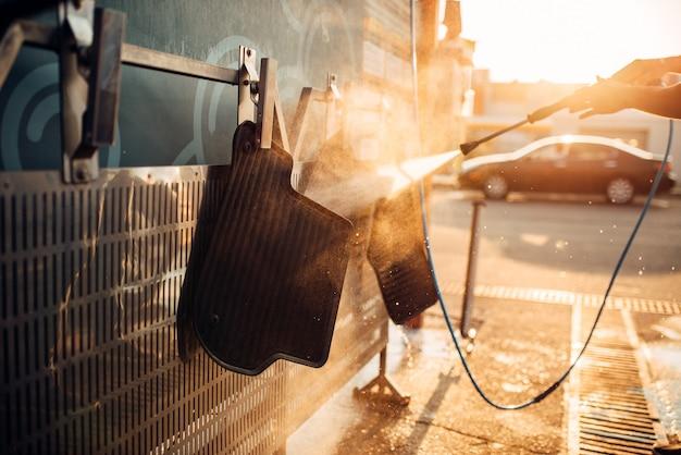 Lavagem de carpetes de automóveis com lavadora de alta pressão. estação lava-carros