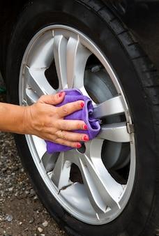 Lavagem de carro ao ar livre do pneu com esponja