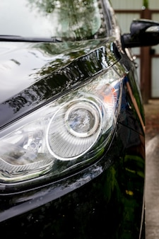 Lavagem de carro ao ar livre. lavagem suave do carro. carro moderno coberto por água e sabão. automóvel, água de espuma de lavagem automática, auto detalhando ou valeting conceito. foco seletivo.