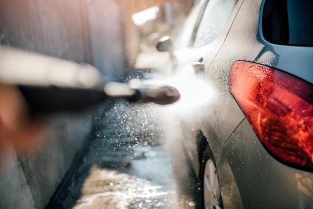 Lavagem de carro com lavadora de alta pressão