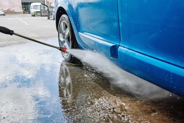 Lavagem de carros. carro de limpeza com lavagem de alta pressão sem contato. estação de autolavagem