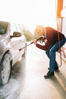 Lavagem de carros. limpeza do carro com água de alta pressão. foco seletivo.