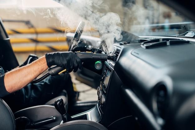 Lavagem de carros, removendo poeira e sujeira com limpador a vapor