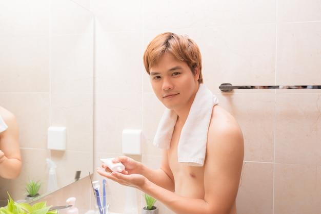 Lavagem de rosto de homem com espuma