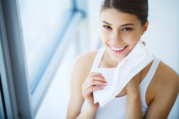 Lavagem de rosto. mulher feliz, pele seca, com, toalha