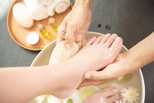 Lavagem dos pés no spa antes do tratamento. tratamento e produto spa para pés femininos e spa de mãos.