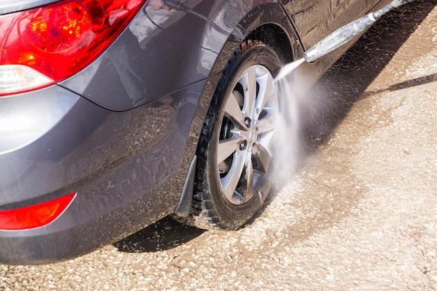 Lavagem manual de carros em alta pressão ao ar livre